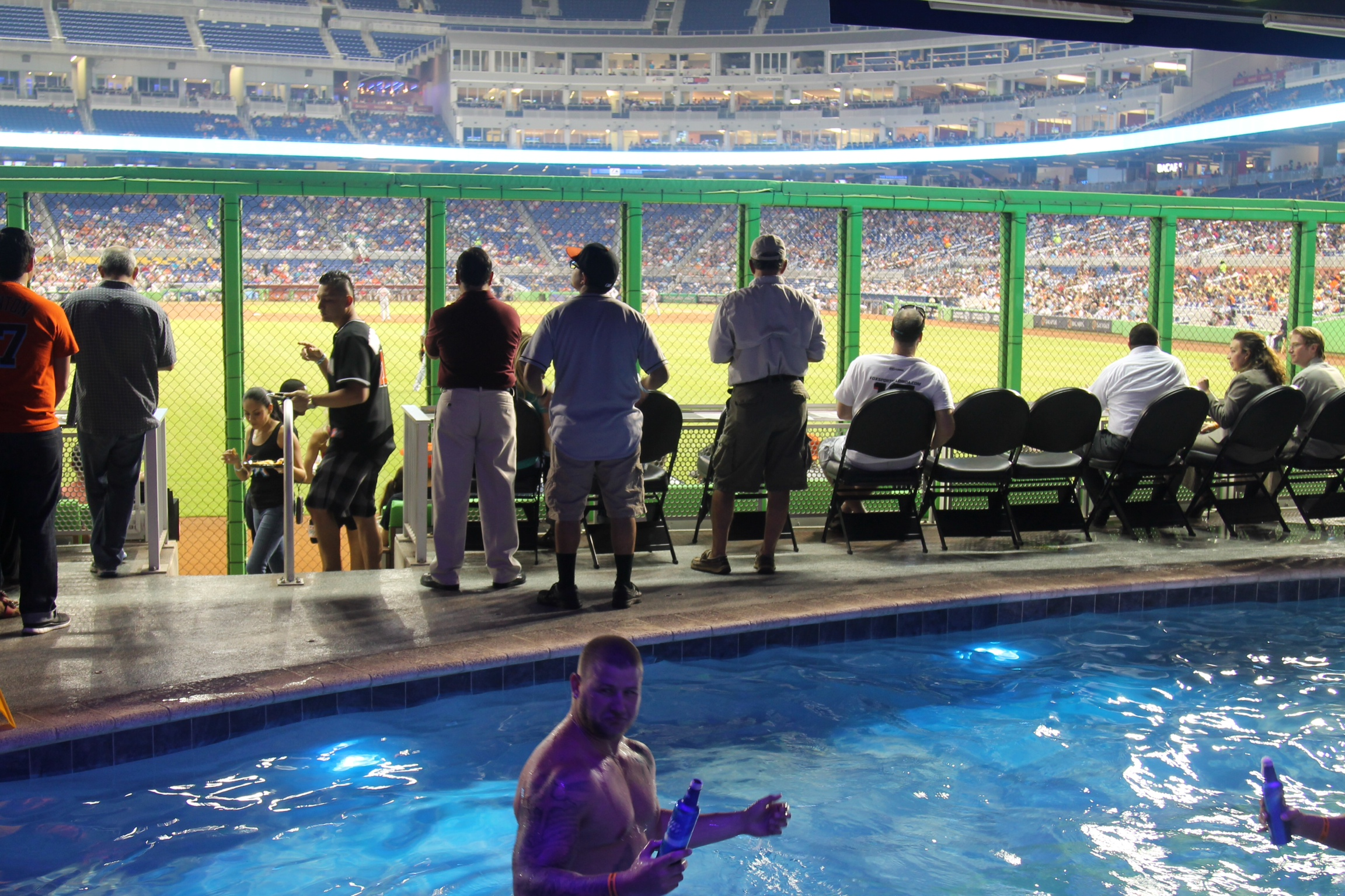 Fsb stadium review marlins park fakesportsbar com for Marlins fish tank